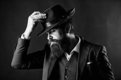 Entwerfen der neuen Kleidung B?rtiger Mannherr Detektiv im Hut Reifer Hippie mit Bart Geheim werfen Sie M?nnliches formales stockfoto