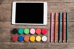 Entwerfen Künstler Tablette und Farbenpalette und -bleistifte Lizenzfreies Stockbild