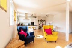 Entwerfen Sie Aufenthalt in einer modernen Wohnung mit zwei Lehnsesseln lizenzfreie stockfotos
