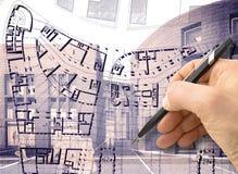 Entwerfen Sie eine neue Stadt - Hand, mit einem Bleistift eine Skizze einer neuen modernen Stadt zeichnend Innenraum - Konzeptbil lizenzfreie abbildung