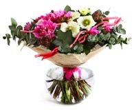 Entwerfen Sie einen Blumenstrauß von rosa Pfingstrosen, von weißen Mohnblumen und von Hypericum. Lizenzfreie Stockbilder