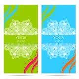 Entwerfen Sie Schablone für Yogastudio mit Mandalaverzierungshintergrund Stockbild