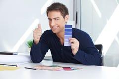 Entwerfer mit Farbe prüft Holding lizenzfreie stockfotografie