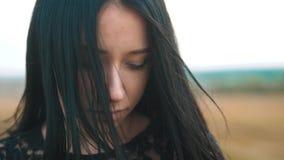 Entwickelt großer Wind des hübschen Mädchen Brunetteporträts Lippenhaarporträt-Zeitlupevideo Brunettefrauen-Lebensstilmädchen stock video footage