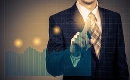 Entwicklungs- und Wachstumskonzept Geschäftsmannplanwachstum und Zunahme von positiven Indikatoren seines Geschäfts und Finanzier Lizenzfreies Stockbild
