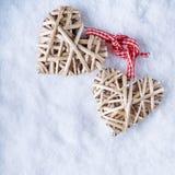Entwirrte schöne romantische Weinlese zwei die beige flaxen Herzen, die zusammen gebunden wurden Lizenzfreie Stockbilder