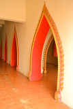 Entworfene Tür im Tempel stockbilder