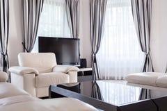 Entworfener Aufenthaltsraum im Luxuswohnsitz stockbilder