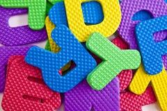 Entworfener Hintergrund. Collage gemacht von den Abfall- oder Plastikbuchstaben. Stockfoto