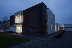 Entworfener Wohnsitz am Abend Lizenzfreie Stockfotografie