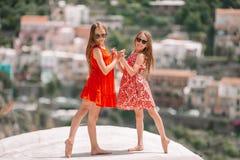 Entzückend wenige Mädchen am warmen und sonnigen Sommertag in Positano-Stadt in Italien lizenzfreie stockbilder