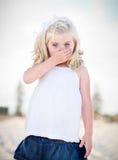 Entzückende blaue gemusterte Mädchen-Bedeckung ihr Mund Stockfotografie