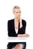 Entzückende blonde Geschäftsfrau, die am Schreibtisch sitzt Stockbilder