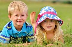 Entzückende blonde Kinder draußen Stockfotografie