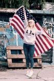 Entzückende blonde Mädchenaufstellung Lizenzfreies Stockbild