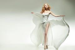 Entzückende Blondineaufstellung Lizenzfreies Stockbild