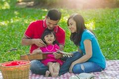 Entzückende Familie auf Picknick stockfoto