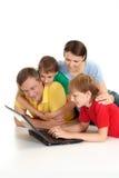Entzückende Familie in den hellen T-Shirts lizenzfreies stockbild