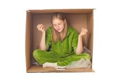 Entzückende Geschäftsfrau, die im Kasten sich entspannt Lizenzfreies Stockfoto