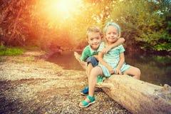 Entzückende Geschwister, die für ein Porträt aufwerfen Lizenzfreie Stockfotografie