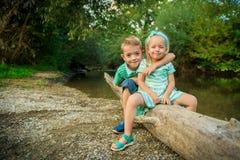 Entzückende Geschwister, die für ein Porträt aufwerfen Stockfotografie
