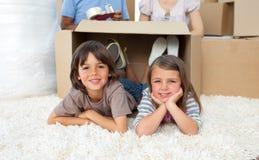 Entzückende Geschwister, die mit Kästen spielen Lizenzfreies Stockfoto