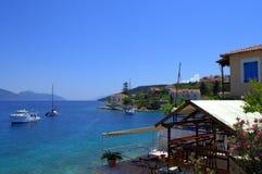 Entzückende griechische Inselküstendorfansicht Stockfotos