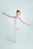 Entzückende junge Ballerinahaltungen auf Kamera Lizenzfreie Stockfotografie