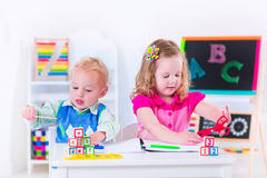 Entzückende Kinder an der Vorschulmalerei Lizenzfreie Stockbilder