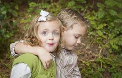 Entzückende Kinder, die draußen umarmen Stockbilder