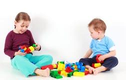Entzückende Kinder, die mit Blöcken spielen Stockfoto