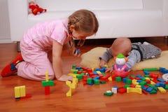 Entzückende Kinder, die mit Blöcken spielen Lizenzfreies Stockbild