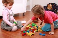 Entzückende Kinder, die mit Blöcken spielen lizenzfreie stockfotografie