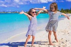 Entzückende kleine Mädchen, die Sommerstrand genießen Stockfotografie