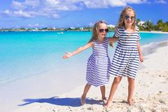 Entzückende kleine Mädchen, die Sommerstrand genießen Lizenzfreies Stockfoto