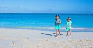 Entzückende kleine Mädchen, die Sommerstrand genießen Stockbild