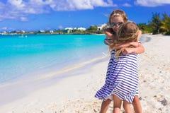 Entzückende kleine Mädchen, die Sommerstrand genießen Stockfoto