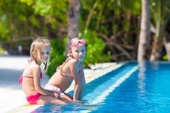Entzückende kleine Mädchen Swimmingpool im im Freien an Lizenzfreie Stockfotos