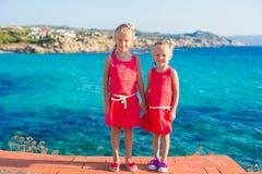 Entzückende kleine Mädchen am tropischen Strand während der Sommerferien Lizenzfreies Stockfoto
