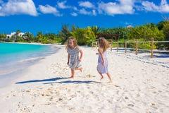 Entzückende kleine Mädchen während der Sommerstrandferien Stockfotografie