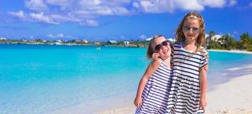 Entzückende kleine Mädchen während der Sommerstrandferien Lizenzfreie Stockbilder
