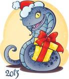 Entzückende kleine Schlange mit Weihnachtsgeschenk. Lizenzfreie Stockfotografie