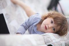 Entzückende Kleinkindmädchenhaltungen wie ein Modell Stockbilder