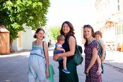 Entzückende Mütter, die am Stadtpark stehen stockbild