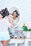 Entzückende modische Frau in den Haarlockenwicklern Stockfoto