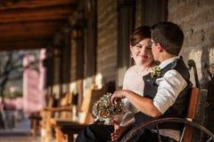 Entzückende Paare, die zusammen sitzen Stockfoto