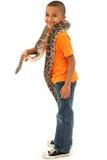 Entzückende schwarze Jungen-Holdinghaustier Boa constrictor stockfotos