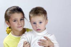 Entzückende Schwester und Bruder lizenzfreie stockfotos