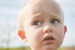 Entzückender blonder Junge mit großen grünen Augen Lizenzfreies Stockbild