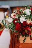 Entzückender Blumenstrauß von Rosen, von Ranunculus und von Ölzweigen, Nahaufnahme Lizenzfreie Stockfotografie
